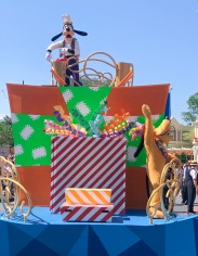 goofy & pluto during the move it shake it parade